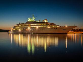 beleuchtetes Kreuzfahrtschiff