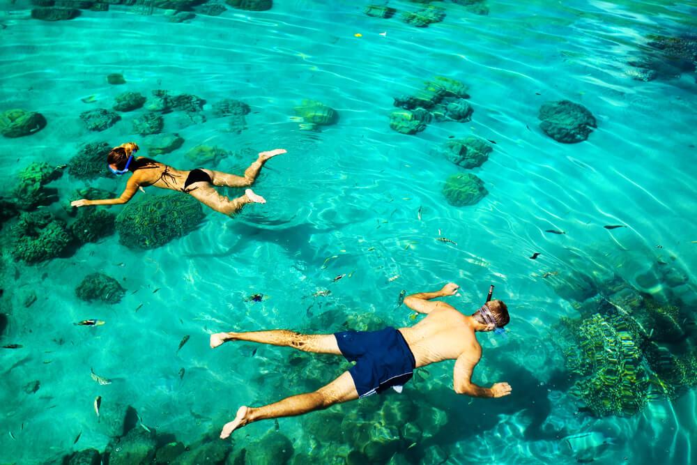 2 junge Leute schnorcheln im Wasser