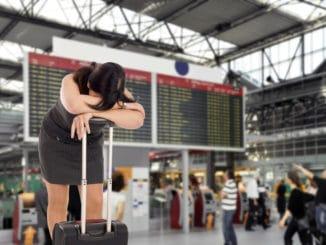 Frau mit Flugverspätung auf dem Flughafen