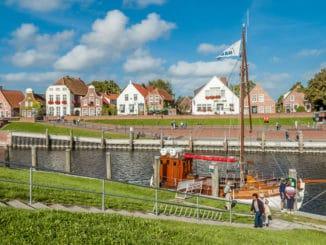 Hafen Greetsiel mit Häusern und Booten