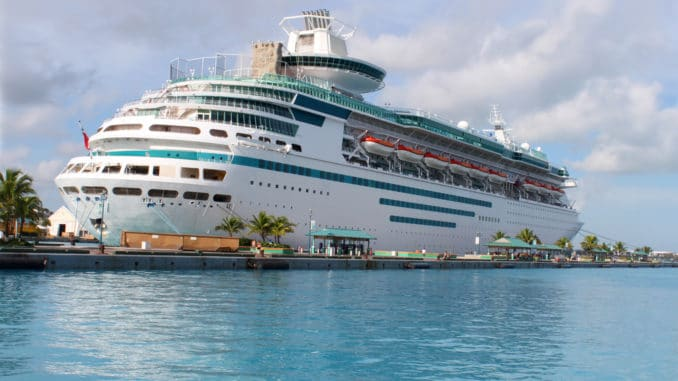Kreuzfahrtschiff im Hafen von Nassau