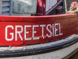 Schriftzug Greetsiel auf einem Boot