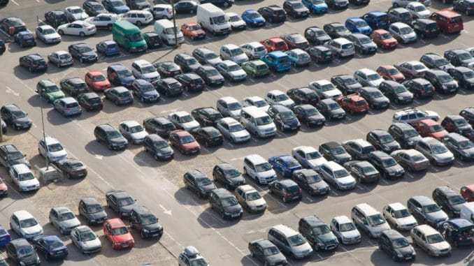 großer Flughafen-Parkplatz
