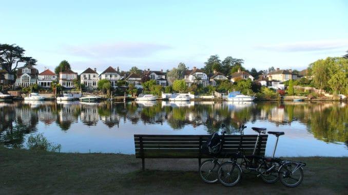 Klappräder vor einem See