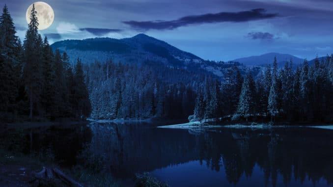 Vollmond über einem Gebirgssee