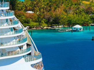 Kreuzfahrtschiff vor Insel