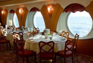 Restaurant im Kreuzfahrtschiff