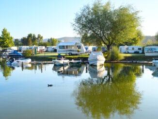 Camper an einem See